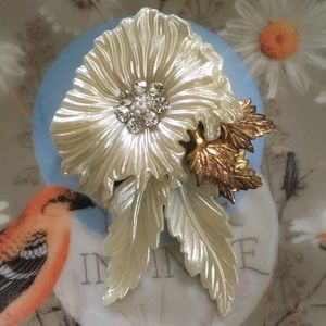 VTG White Plastic Floral Rhinestone Brooch